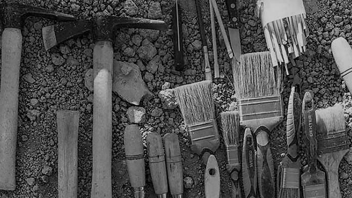 Fotografía de la Asociación ArqueoAntro. Brochas y material para exhumaciones