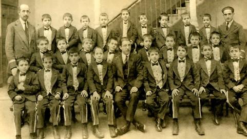 Alumnos del colegio San Ildefonso con su profesor Víctor García.